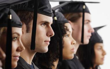 Les jeunes diplômés font parfois face aux problèmes dus au manque d'expérience. Ainsi,nombre d'entre eux doivent se contenter des postes qui ne leur conviennent pas. D'autres sont obligés de garder le statut de demandeurs d'emploi pendant plusieurs années. Voici quelques astuces vous permettant de trouver dans un meilleur délai des postes intéressants.