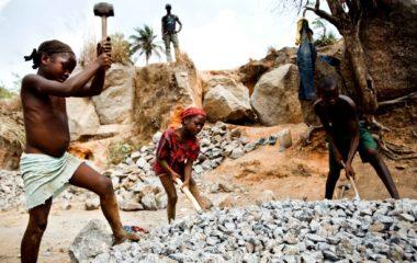 Le travail des enfants est un fléau mondial, tout particulièrement dans les pays en voie de développement. Des milliers d'enfants sont contraints de travailler et certains travaux s'apparentent même à de l'esclavage. Bien que le travail des enfants soit complètement interdit par la loi, il se décline en différentes formes.