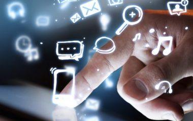 La transformation numérique s'immisce actuellement partout. Les services RH des entreprises n'y échappent pas et doivent faire face aux chamboulements qui en découlent. La digitalisation présente de nombreux avantages pour eux, mais aussi pour les salariés. Il est donc important de mettre en place une stratégie efficace afin de réussir cette mutation digitale.