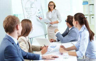 La formation professionnelle peut se présenter sous plusieurs formes, mais on distingue principalement la formation intra-entreprise et inter-entreprise. Le choix du format repose sur de nombreux critères, en particulier le type d'enseignement, le nombre de participants et l'organisation interne.