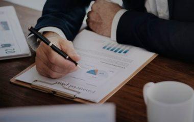 Vous projetez de suivre une formation en finance-comptabilité. C'est un bon choix si vous êtes passionné de chiffres ou de stratégie. Après votre formation, vous pouvez accéder à un grand nombre de métiers dans de nombreux secteurs d'activité.