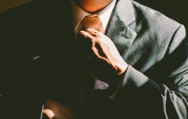 Un maître de cérémonie funéraire est une personne responsable du bon déroulement et du succès de la cérémonie d'obsèques. Si vous voulez changer de métier et devenir maître de cérémonie funéraire, découvrez ci-dessous les exigences de ce métier qui est aujourd'hui en plein développement.