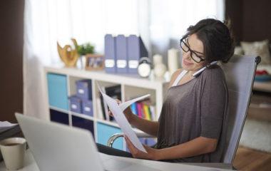 Un employé de bureau passe, en moyenne, 6,5 heures par jour devant un écran d'ordinateur, soit une moyenne de 1700 heures chaque année. Les conséquences sur la santé du salarié sont nombreuses : maux de tête fréquents, saut d'humeur, etc. Comment prévenir sa santé quand on est employé de bureau ?
