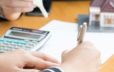 L'assurance emprunteur est une garantie non obligatoire, mais requise par un établissement bancaire lors de la contraction d'un prêt immobilier. Elle permet à une banque de bénéficier d'un remboursement du montant emprunté en cas de maladie, d'accident ou de décès.